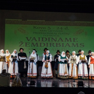 21-xxxv-lietuvos-profesionaliu-teatru-festivalis-vaidiname-zemdirbiams-teatras-kaip-duona-_uzdarymo-ceremonija-7_1616273208-dffce4086acd62f5e31e090cbb720e8f.jpg